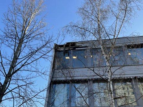BRANN: Brannen har startet i taket. Ifølge rektor er det snakk om en teknisk feil i en koblingsboks.