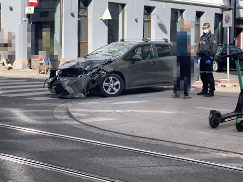 MATERIELLE SKADER: Torsdag oppsto et trafikkuhell mellom trikk og bil.