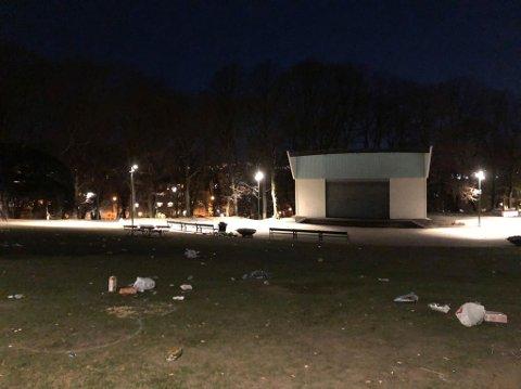 MYE FOLK: Mange samlet seg ute lørdag kveld. Men det roet seg i god tid før midnatt, opplyser politiet.