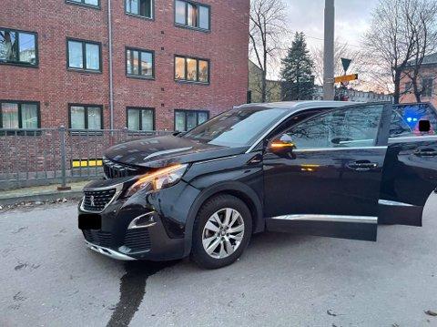 To biler krasjet i Christian Michelsens gate søndag kveld. Sveip for flere bilder.