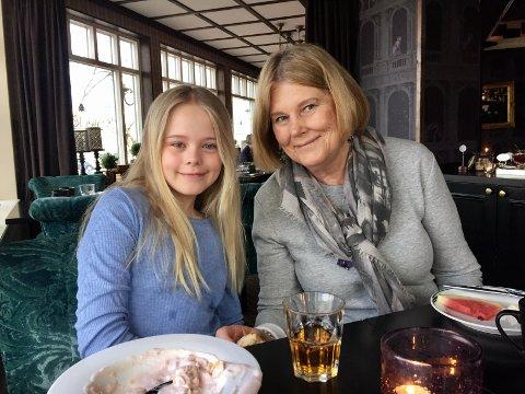 Bjørg Lund (76) og hennes barnebarn Molly Lund Bergaker. Bjørg frykter at livet slik hun kjente det før korona er borte.