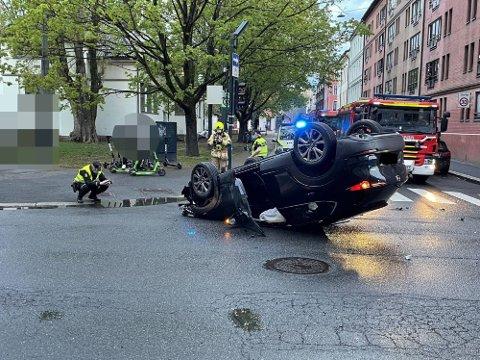 LANDET OPP NED: Bilen snurret flere ganger før den landet opp ned midt i krysset ved Schous plass. Foto: Henrik Skolt