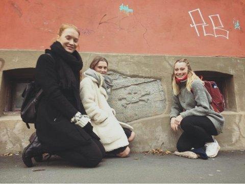 TILFELDIG: Studentutvalget i Fortidsminneforeningen «snubla» over hodeskallen i Fredensborgveien i forbindelse med et oppdrag de fikk med å kartlegge murgårder og deres karakteristikker.