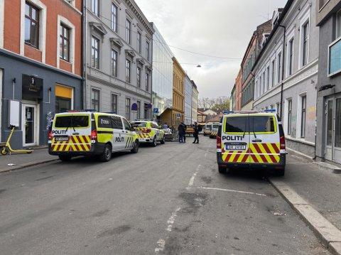 ÅSTEDET: En mann er alvorlig skadd ette rå ha blitt knivstukket på åpen gate i sentrum. Gjerningsmannen skal ha flyktet i retning Storgata.