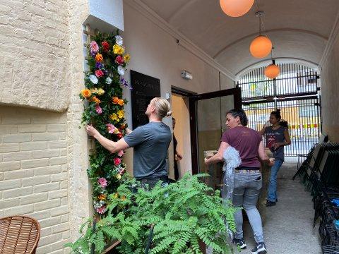 HEKTISK: For mange av restaurantene rundt om i Oslo er dagen før gjenåpning hektisk. For en uke siden fikk baren Håndslag levert nye blomster. Trym Bakkerud henger opp, mens daglig leder Camilla Mauritzen bærer varer fra lageret.