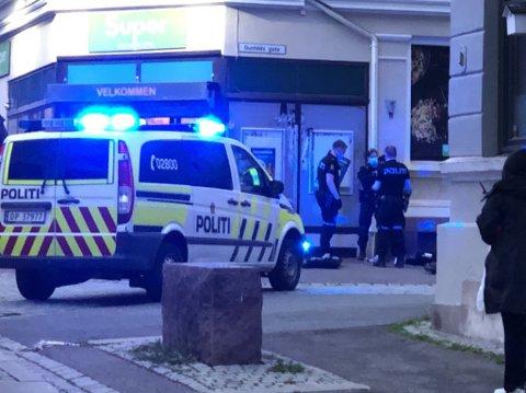 VOLDSHENDELSE: En ung person er fraktet til legevakta. Politiet jakter nå flere delvis maskerte personer som mistenkes å stå bak.