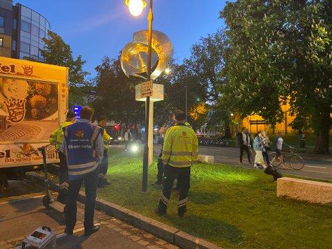 KONTROLL: På baksiden av Anker hotell ventet politiet og Statens vegvesen på syklister og elsparkesyklister fredag kveld.