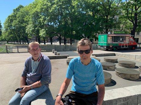 STUSSELIG: Rune Kråkemo og Per Otto Moldenhauer (59) sitter ofte ved fontene på Alexander Kiellandsplass. De mener nærmiljøet er blitt stusselig etter at vannet forsvant fra fonten.