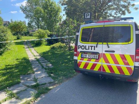 ÅSTED: Politiet var på Hellerud tirsdag ettermiddag etter at en kvinne (25) ble funnet død i en leilighet samme morgen. En 29 år gammel mann er siktet for drapet.