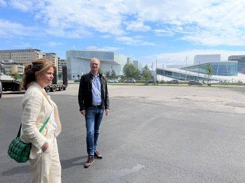 SENTRAL BELIGGENHET: Arkitekt Christina Grape og adm. direktør Kjell Kalland i Hav Eiendom vil høre din mening når de skal utvikle en de siste ledige tomtene på vestsiden av Bjørvika.