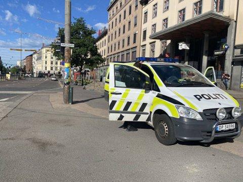 UNDERSØKER: Politiet på stedet undersøker saken.