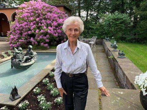 PARK: Marianne Andresen holder parken sin i orden til enhver tid. Til venstre den vakre Venus-statuen som er laget av Joseph Grimeland. Den frodige rhododendron busken er bevart fra da bygningen sto ferdig i 1936.