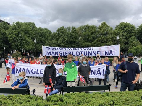 Elevrådsleder Astrid Emilie Gamborg-Nielsen, fortalte om helsefarlig støy og forurensning ved Høyenhall skole, og presenterte underskrifter for å få lagt E6 i tunnel, slik det planlegges for i prosjektet E6 Oslo Øst.
