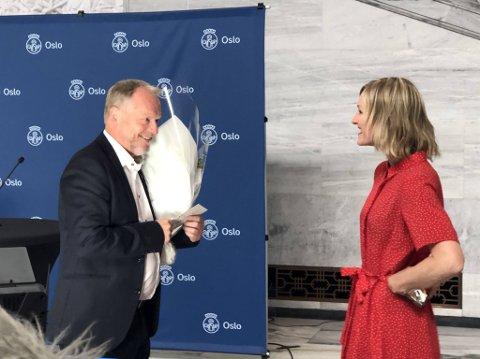 SMIL: På en historisk dag kunne byrådsleder Raymond Johansen (Ap) glede seg over en blomsterbukett fra utdanningsbyråd Inga Marte Thorkildsen (SV).