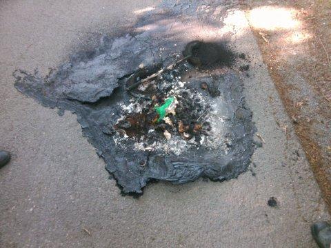 SMELTET: En elsparkesykkel nærmest smeltet på fortauet lørdag 5. juni på Ris.