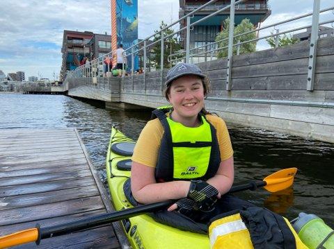 KURS PÅ SØRENGA: Ås-jenta Camilla Glomsås (23) har kastet seg på kajakktrenden, og brukte en helg i juni på grunnkurs i havkajakk på Sørenga.