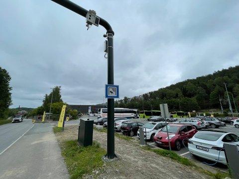 UT AV BOMRINGEN: Folk som skal reise med buss for tog ut av Oslo må gjennom bomringen for å parkere nå som flere parkeringsplasser på innsiden er fjernet. Tidligere var det 60 til 70 plasser på området i bakgrunnen hvor de gule bannerne står.