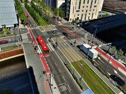 NESTENKRASJ: Her har bussen passert krysset på grønt, men en sølvfarget bil sperrer trikkeskinnen og er nær ved å kollidere.