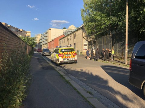 AVHØR: Politiet avhørte vitner etter at en person ble ranet med kniv i Konows gate.