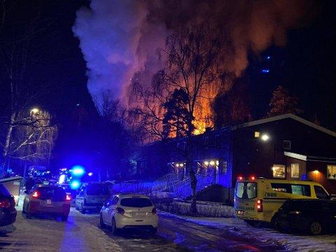 Det var kraftige flammet og mye røyk i området.