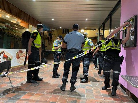 KNIVSTIKKING: Flere politipatruljer var på stedet etter at en person ble knivstukket i Strøget natt til søndag.