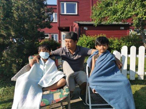 MISTET ALT: Brian (32) kom til Norge med barna Breil (9) og Brandon (6) for halvannet år siden. Fredag mistet de alt de eide i brann. Foto: Helene Halvorsen Rossholt