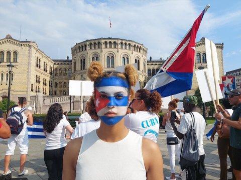HÅPER POLITIKERE PÅ STORTINGET KAN BIDRA TIL ENDRING PÅ CUBA: Sammen med et førtitalls mennesker har Alejandra Rojas møtt opp foran stortinget på mandag. Cubanere i Norge håper at politikere kan bidra til å bedre situasjonen på Cuba.