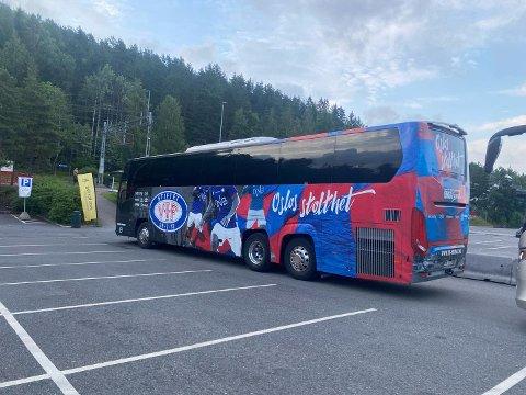 VIF FOR TOG: Et litt uvanlig syn av en buss bistår i disse dager Vy for å frakte passasjerer.