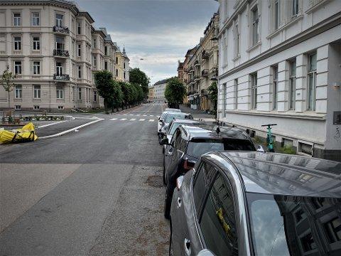 KRASJ: To parkerte biler ble truffet av en elbil med en full fører i Colbjørnsens gate, mener politiet.