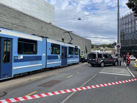 KOLLISJON: Taxien må taues etter sammenstøtet med trikken i Vika.