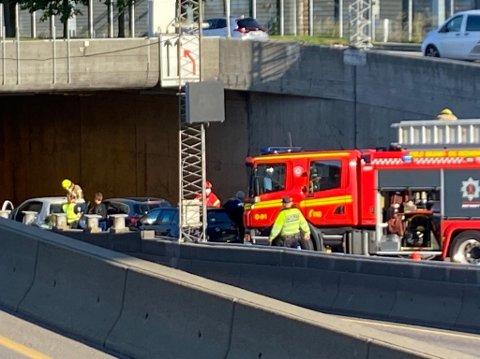 TRE BILER: Det er tre biler involvert i ulykken ved inngangen til Framnes-lokket.