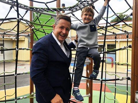 Espen Andreas Hasle og David Eugene Rudstaden (6) vil ha mer lek i skolen. Her er de på Ekeberg skole, der David startet i 1. klasse denne uken.