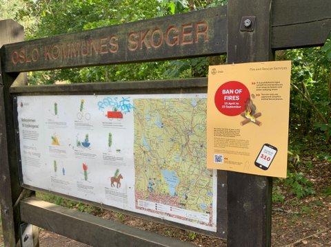 BÅLFORBUD: Ved Akebakkeskogen på Kjelsås henger plakater med påminnelse om bålforbudet fram til 15. september.