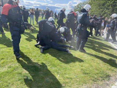 DEMONSTRASJON: Her legger politiet motdemonstranter i bakken.