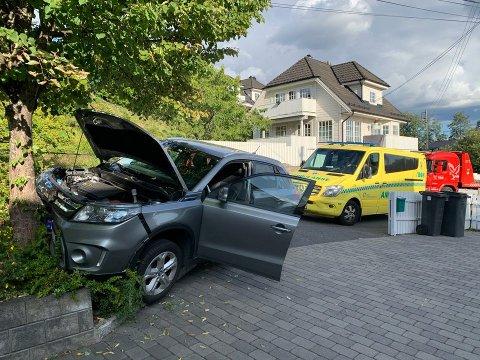 ULYKKE: Bilen har store materielle skader etter krasjen.