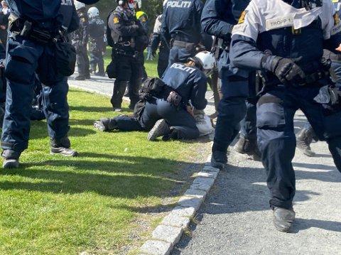 PÅGRIPELSER: Sivile spanere hadde bestemt seg for å pågripe en 28-åring på Kontraskjæret. Da ble det bråk. Nå er 28-åringen tiltalt for vold mot politiet.
