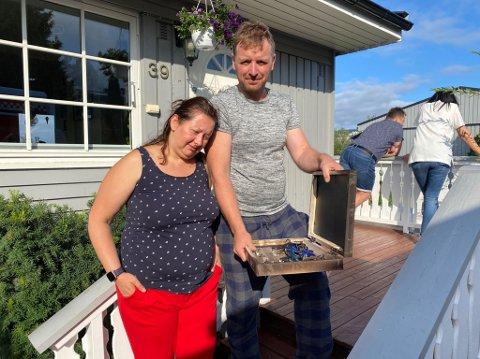 EVAKUERTE: Przemyslaw Darius Makulus og kona Magda Grabska-Makulus har mistet alt de eier i brannen på Stovner. Det eneste brannvesenet kom med, var nøkkelboksen. Den var svart og svidd, men alle nøklene var intakte.