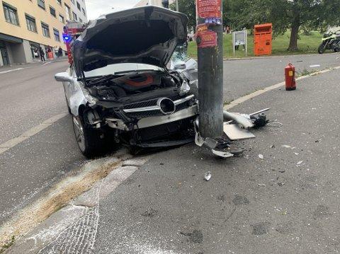 KRASJET: En bil har kjørt inn i flere biler og krasjet til slutt i en lyktestolpe ved Fageborg kirke.
