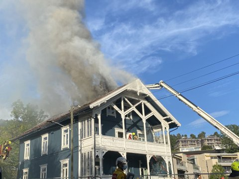 BRANN: Like før kll. 18.00 brenner det fremdeles i villaen.