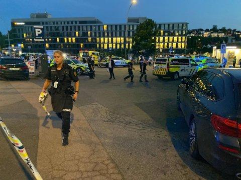 SKUTT: Politiet er på Brynseng med store styrker etter at en person ble skutt mandag kveld.