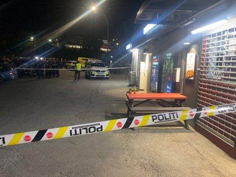 ÅSTEDET: På denne benken ved T-banestasjonen på Brynseng ble en mann i 20-årene skutt mandag kveld.