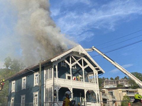 KRAFTIG BRANN: Brannvesenet hadde lenge problemer med å få kontroll på brannen.