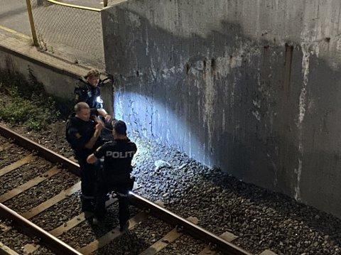 SKUDD: Politiet jobber langs T-baneskinnene etter en skyteepisode mandag kveld. I løpet av natt til tirsdag ble en person pågrepet.