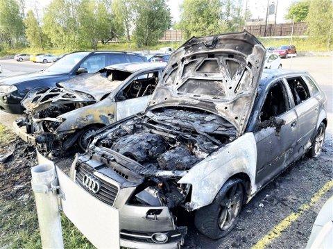 UTBRENT: Slik ser to av bilene ut tidlig onsdag morgen.