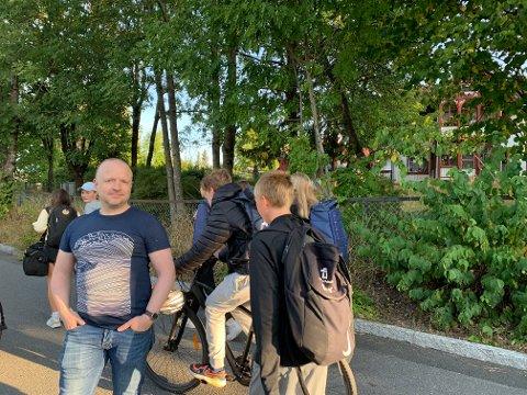 BEKYMRET: Nabo Hans Erik Hallheim er bekymret for trafikken på den lokale gang- og sykkelveien Ørakerstien på Øraker. Den gamle sveitservillaen i bakgrunnen er planlagt revet.