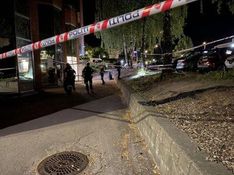 SKUTT: Politiet rykket ut med tunge ressurser etter melding om skyting på Brynseng mandag kveld. En mann i 20-årene er alvorlig skadet, mens en annen mann (22) er siktet for drapsforsøk.