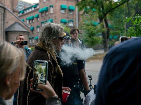 TOK ALDRI JOINTEN: Politiet beslagla alt narkotikaen kort etter dette bildet ble tatt, men ikke jointen til Yngve.