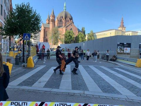 BÆRES: Politiet var travelt opptatt med å fjerne aktivister fra Extinction Rebellion, som tok seg inn i foajeen og satt der i timesvis.