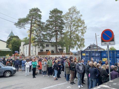 ELLEVILL INTERESSE: Det er mange som hadde loppemarkedet på Bestum skole som plan for lørdagen.