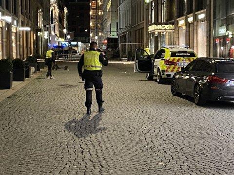 Politiet arbeidet på stedet etter at en mann ble knivstukket i Nedre Slottsgate natt til søndag.